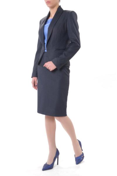 Костюм от късо сако и права пола